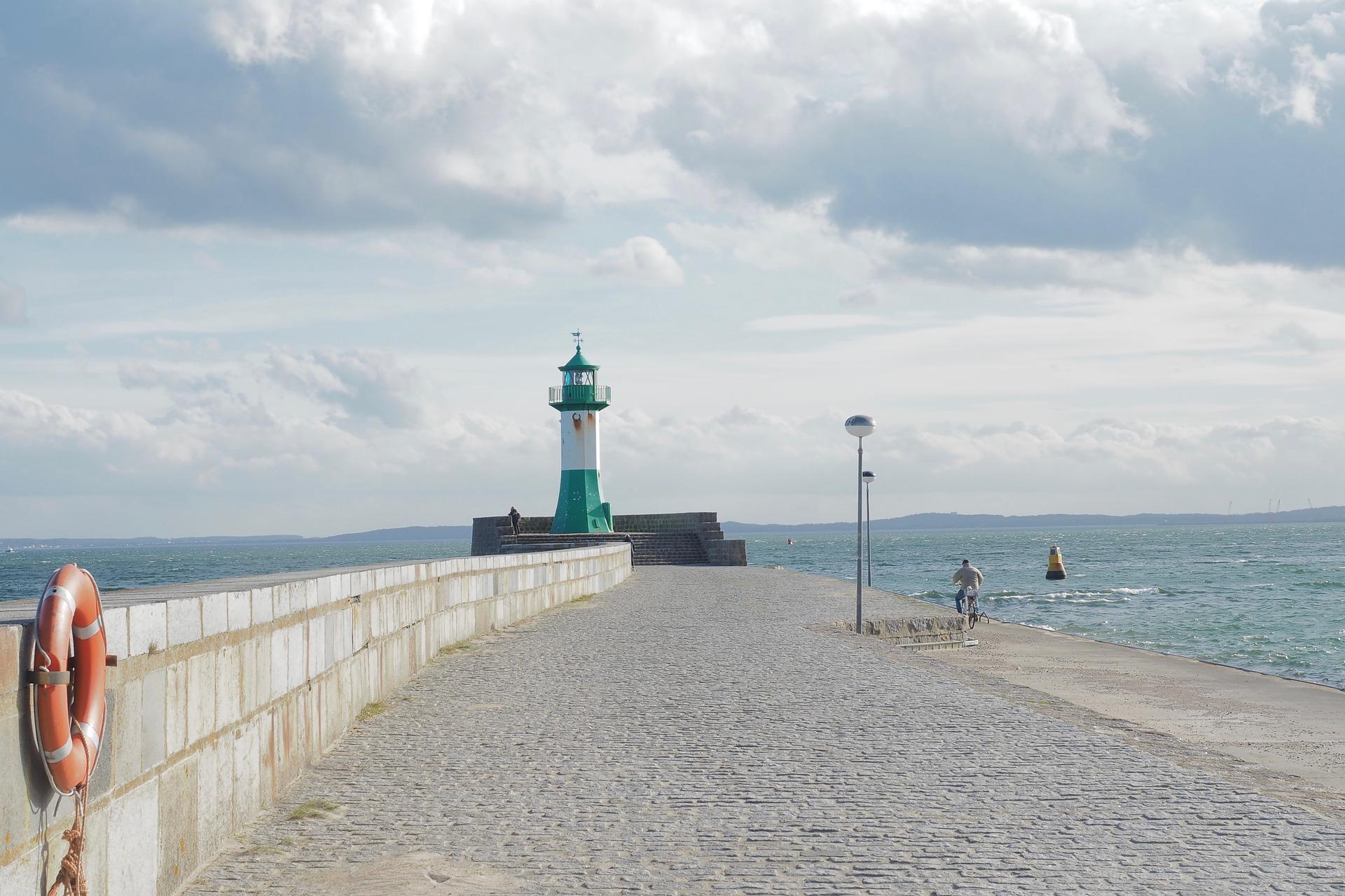 Seebestattung vor Rügen: Leuchtturm
