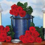 Seebestattung vor Niendorf: Urne mit Blumenschmuck