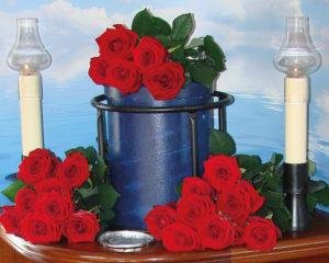Seebestattung vor Hooksiel: Urne mit Blumenschmuck