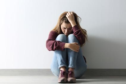 Trauerphasen: Trauernde junge Frau