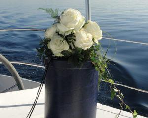 Seebestattung vor Wangerooge: Seeurne auf dem Schiffsdeck