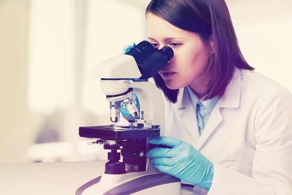 Leichenstarre: Rechtsmedizinerin am Mikroskop