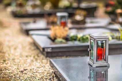 Grablaternen auf dem Friedhof
