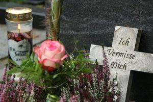 Grabgestaltung: Grabschmuck mit Gedenkstein, Grablicht und Rose
