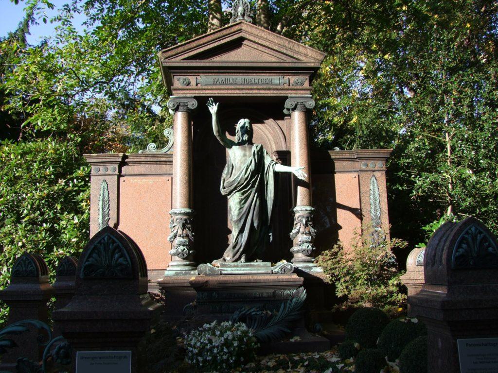 Gruft: Aufwändig gestaltetes Grabmal