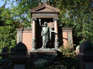Aufwendig gestaltetes Grabmal über einer Gruft