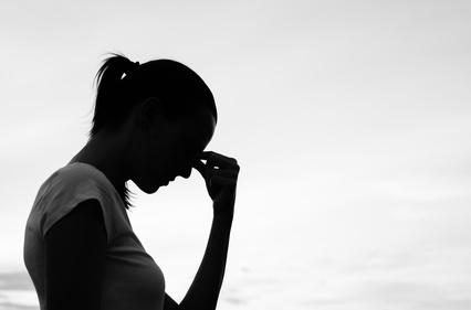 Silhouette einer trauernden Frau