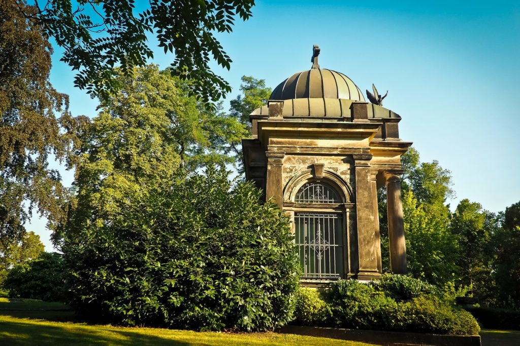Gruft: Mausoleum auf einem Friedhof