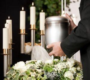 Einäscherung im Krematorium: Bestatter mit Urne