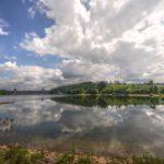 FriedWald Möhnesee bei Dortmund, Blick auf den See mit Staumauer