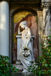 Antikisierende Frauenstatue auf dem Alten Zwölf-Apostel-Kirchhof in Berlin-Schöneberg