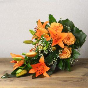 Trauerstrauß mit orangefarbenen Blumen