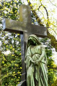 Friedhof in Köln, Kreuz mit Engel