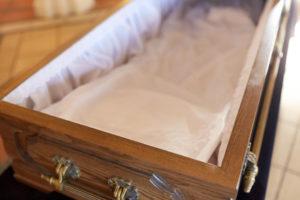 Verstorbene werden zur Totenwache im Sarg aufgebahrt