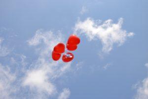 Luftballons zum Todestag steigen lassen