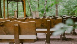 Sitzbänke auf dem Andachtsplatz im FriedWald Kirchheimbolanden