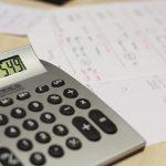 Sterbegeldversicherung: Taschenrechner und Vertragsunterlagen